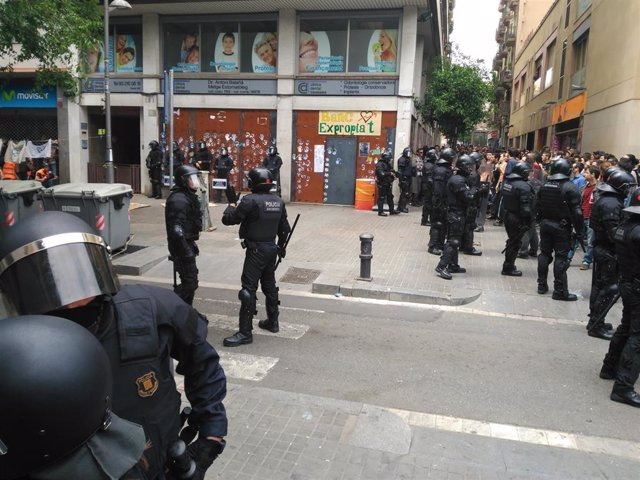 Archivo - Mossos a las puertas del 'Banc Expropiat' (ARCHIVO)