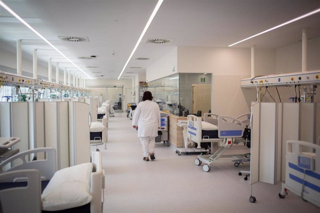 Una enfermera en el nuevo espacio polivalente del Hospital Moisès Broggi, a 20 de abril de 2021, en Sant Joan Despí, Barcelona, Catalunya (España). Este nuevo edificio se ha construido en la parte posterior del hospital y supera los 4.000 metros cuadrados