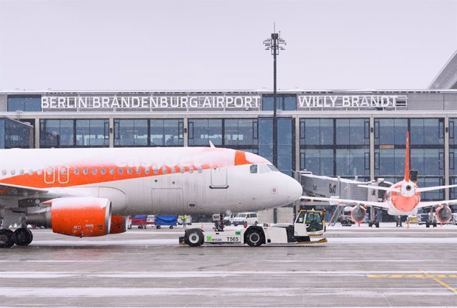Archivo - 09 February 2021, Brandenburg, Schoenefeld: A frost-covered easyJet Airbus palne taxes near the gateof the at the Berlin Brandenburg Airport. Photo: Soeren Stache/dpa-Zentralbild/dpa
