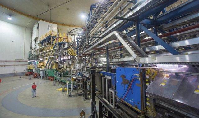 El Salón Experimental A del Laboratorio Jefferson es una de las cuatro áreas de investigación de física nuclear en la Instalación del Acelerador de Haz de Electrones Continuos del laboratorio.