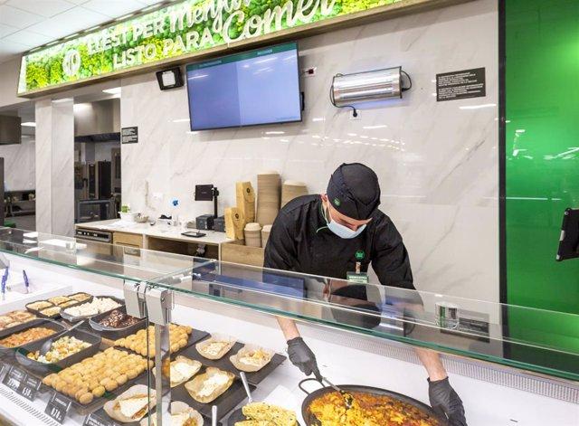 Archivo - Uno de los trabajadores de la tienda de Eusebi Estada de Mercadona, en la sección Listo para Comer.