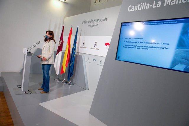 La consejera de Igualdad y portavoz del Gobierno regional, Blanca Fernández, comparece en rueda de prensa, en el Palacio de Fuensalida, para informar sobre los acuerdos del Consejo de Gobierno