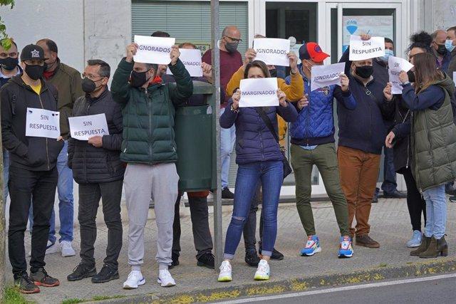 Varios trabajadores del sector gallego de fiestas y verbenas participan con una pancarta en una concentración, a 28 de abril de 2021, en Santiago de Compostela, A Coruña, Galicia, (España). La protesta, convocada por la asociación Servicios de Festas de G