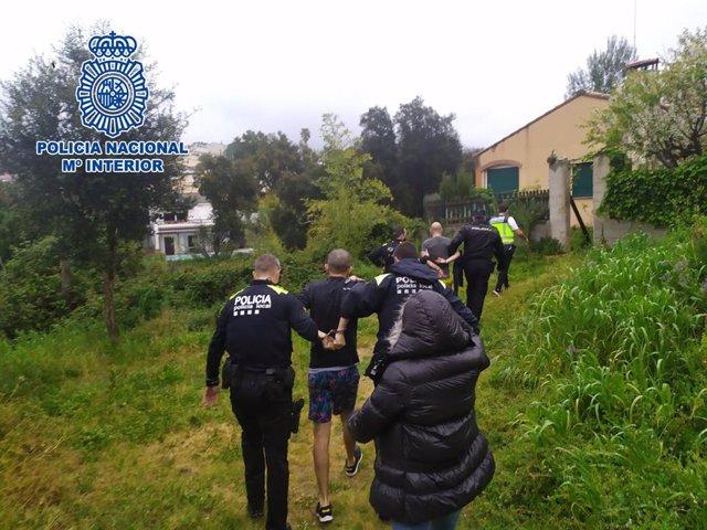 Agents de la Policia Nacional amb els detinguts.