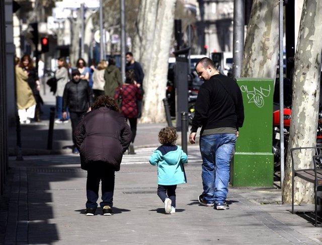 Archivo - Un padre junto a su hija por la calle