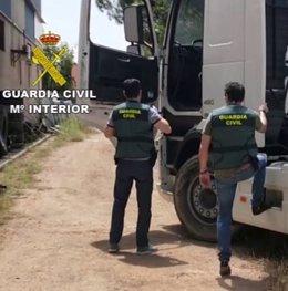 Agents de la Guàrdia Civil intercepten un camió amb la mercaderia de fruita seca.
