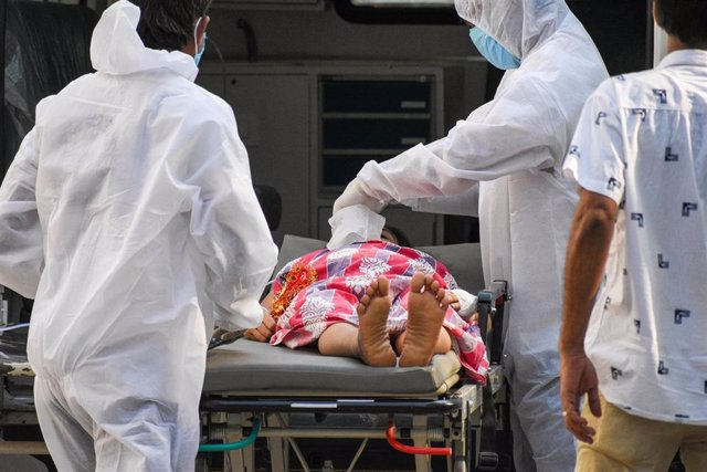 27 April 2021, India, Kolkata: A Covid-19 patient is transferred to the intensive care unit of a hospital. India hit record numbers of Covid-19 infections worldwide for the sixth day running on Tuesday, as health systems buckled under the pressure, and sh
