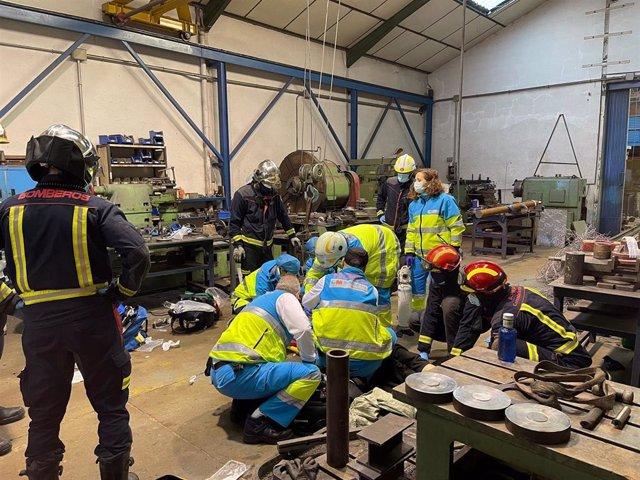 Archivo - Summa 112 y Bomberos de la Comunidad de Madrid atendiendo a un hombre en estado muy grave tras un accidente laboral