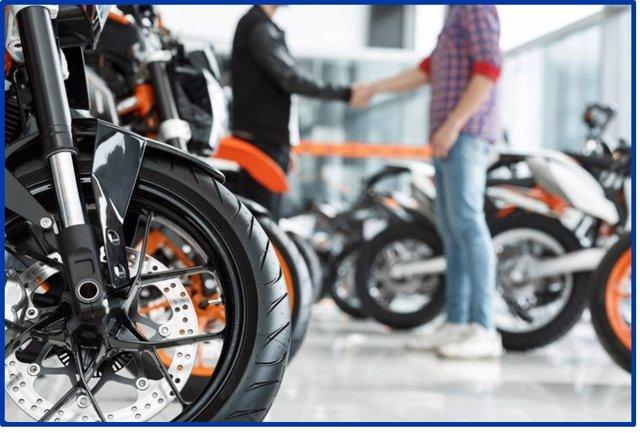 Archivo - Imagen de un concesionario de motos.