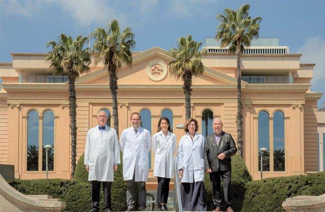 Los doctores Carlos Ballesta, Jaume Capdevila, Mónica Isart, directora médica de Centro Médico Teknon, Carmen Balagué y Modesto Varas