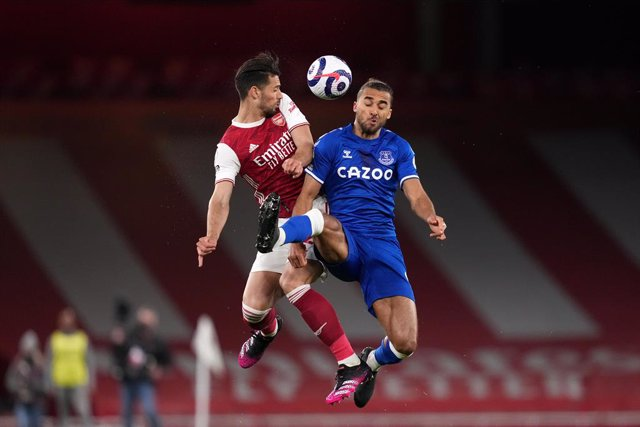 23 April 2021, United Kingdom, London: Arsenal's Pablo Mari (L) and Everton's Dominic Calvert-Lewin battle for the ball during the English Premier League soccer match between Arsenal and Everton at the Emirates Stadium. Photo: John Walton/PA Wire/dpa