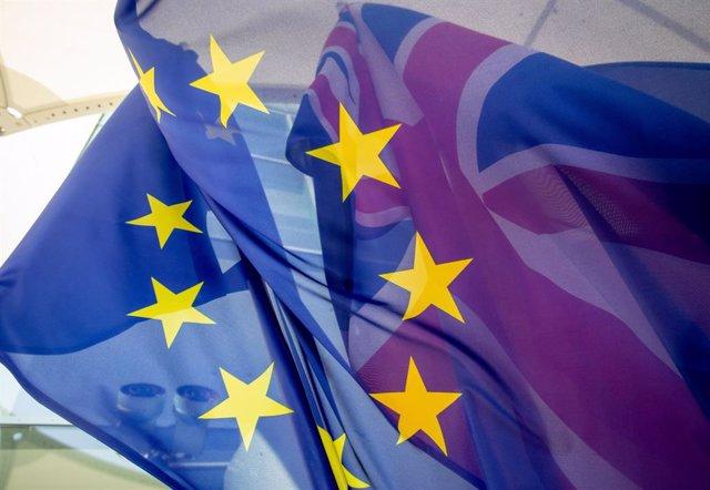 Archivo - Banderas de la Unión Europea (UE) y Reino Unido