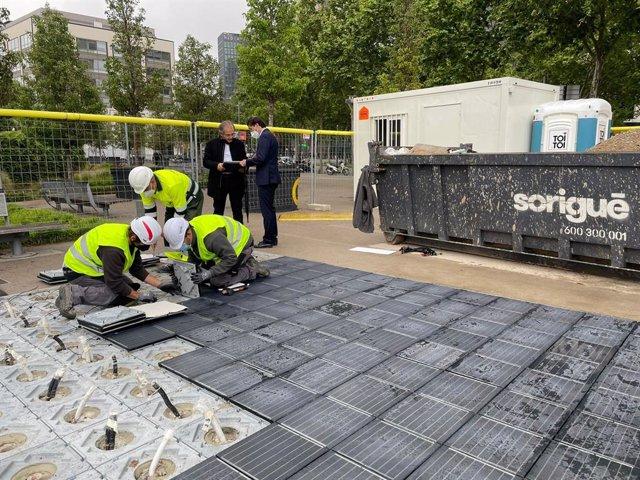 Barcelona assaja a la plaça de les Glòries un paviment solar que genera energia elèctrica.