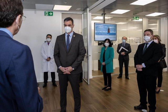 El presidente del Gobierno, Pedro Sánchez, visita las instalaciones de Janssen en Toledo