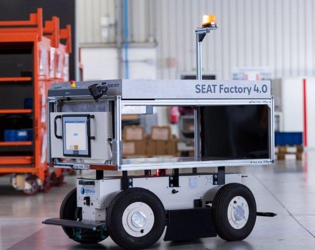 Arxiu - Robot mòbil autònom a planta de Seat a Martorell.
