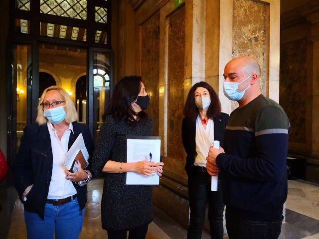 Les diputades socialistes Assumpta Escarp, Esther Niubó i Rocío García i el portaveu adjunt del PSC al Parlament, Raúl Moreno.