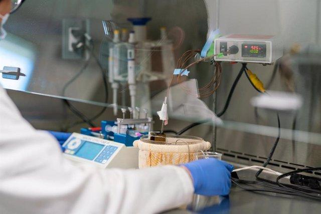 Si la solución que contiene el coronavirus se calienta a unos 72 grados centígrados durante aproximadamente medio segundo, puede reducir la cantidad del virus en la solución en 100.000 veces.