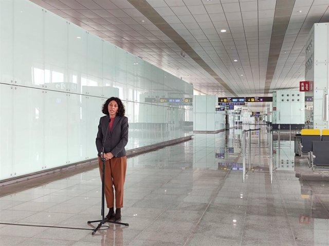 La directora del Aeropuerto de Barcelona, Sonia Corrochano, este miércoles en una atención a los medios