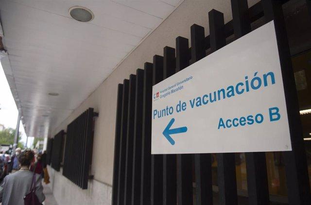 Señalización para recibir la vacuna contra el Covid-19, a 27 de abril de 2021, en el Hospital Gregorio Marañón, Madrid, (España). A este centro hospitalario, que lleva desde el pasado 10 de abril inoculando la vacuna de Pfizer contra el Covid-19 a persona