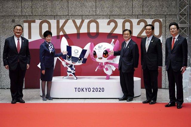 14 April 2021, Japan, Tokyo: (L-R) Japanese Olympic Committee President Yasuhiro Yamashita, Tokyo Governor Yuriko Koike, Tokyo 2020 organizing committee Vice-president Toshiaki Endo, Ryoichi Ishikawa, Tokyo Metropolitan Assembly President, and Kunihiko Ko