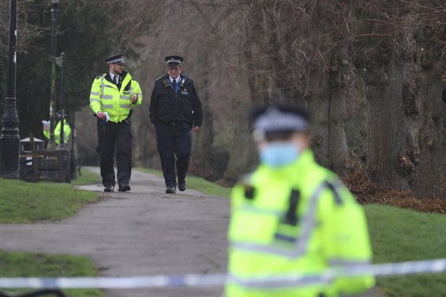 Archivo - 15 March 2021, United Kingdom, Sandwich: Metropolitan Police officers continue their search at Rope Walk in Sandwich, Kent, after a body hidden in a woodland in Ashford was identified as that of 33-year-old Sarah Everard. Serving police constabl