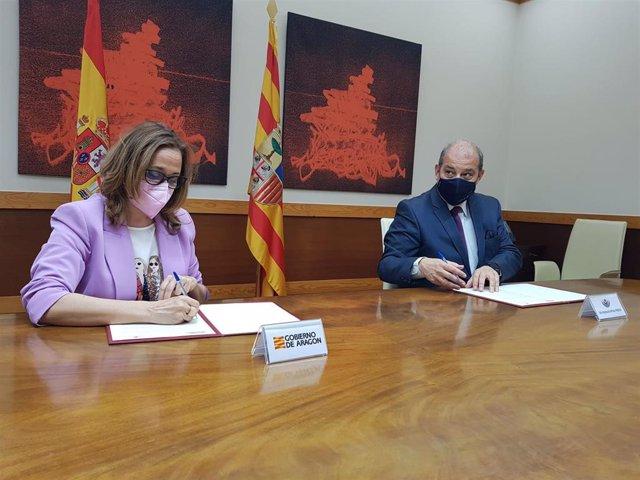 La consejera de Presidencia del Gobierno de Aragón, Mayte Pérez, y el presidente de la Corte Aragonesa de Arbitraje y Mediación, Jorge Morte, firman un convenio
