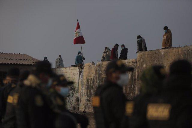 Familias ocupando la zona de Lomo de Corvina en Perú