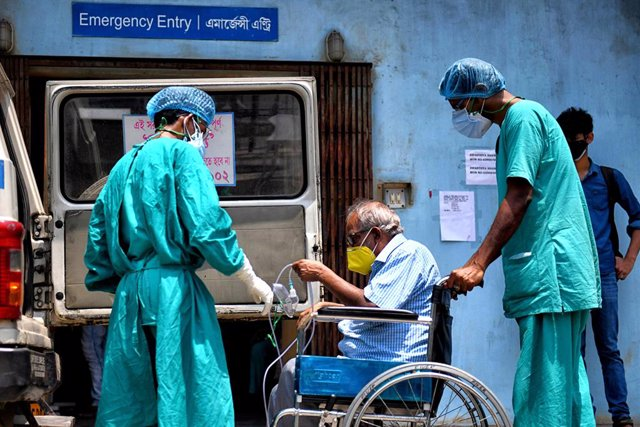 27 April 2021, India, Kolkata: A Coronavirus (Covid-19) patient sits on a wheel chair going for a medical check up at a government hospital. India hit record numbers of Covid-19 infections worldwide for the sixth day running on Tuesday, as health systems