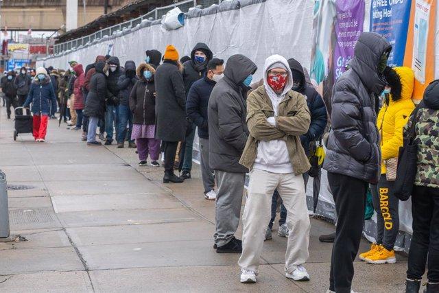 Archivo - Personas esperando a realizarse una prueba por coronavirus en EEUU