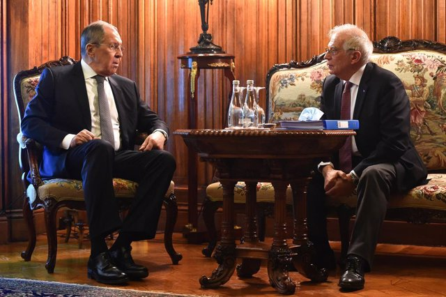Archivo - HANDOUT - 05 February 2021, Russia, Moscow: European Union High Representative for Foreign Affairs and Security Policy Josep Borrell (L) talks to Russian Foreign Minister Sergei Lavrov during their meeting. The European Union's highest-ranking d