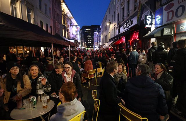 12 April 2021, United Kingdom, London: People crowd at the outdoor areas at of pubs in the Soho district, as Corona lockdown restriction eased in London. Photo: Jonathan Brady/PA Wire/dpa