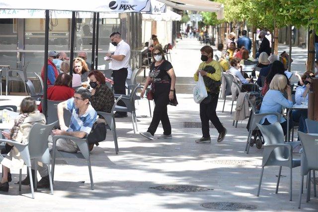 Varias personas en la terraza de un bar, a 27 de abril de 2021, en Murcia, Región de Murcia (España). La Región de Murcia ha sido la primera comunidad autónoma en acceder al nivel de 'nueva normalidad' al mejorar sus índices relativos a la pandemia. Este