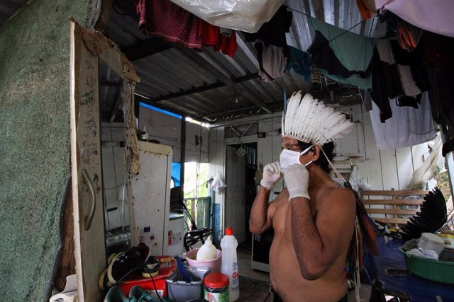 Archivo - 10 May 2020, Brazil, Manaos: A man from an indigenous Satere-Mawe family wears a face mask to prevent infection with coronavirus. Photo: Lucas Silva/dpa
