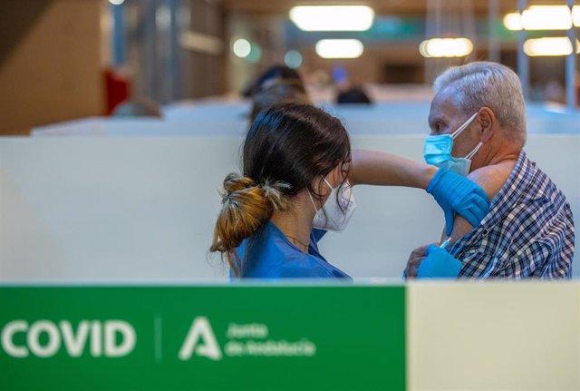 Una persona recibe la primera dosis de la vacuna contra el Covid-19, a 28 de abril de 2021, en el Estadio de la Cartuja, en Sevilla, (España)
