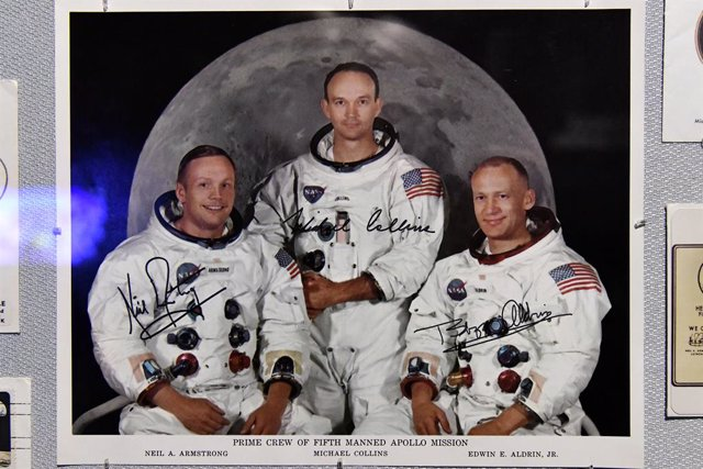 Archivo - 17 July 2019, Australia, Sydney: A photo of American astronauts Neil Armstrong, Michael Collins and Edwin Aldrin Jr is seen at the Apollo 11 Exhibition at the Powerhouse Museum. Showcasing over 200 objects, Apollo 11 commemorates the 50th annive