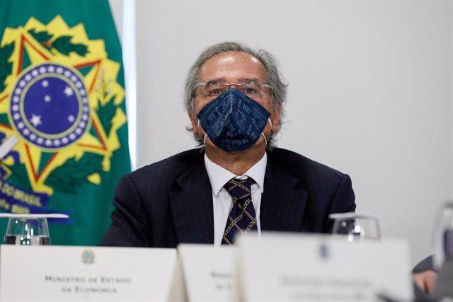 Archivo - El ministro de Economía de Brasil, Paulo Guedes, con mascarilla