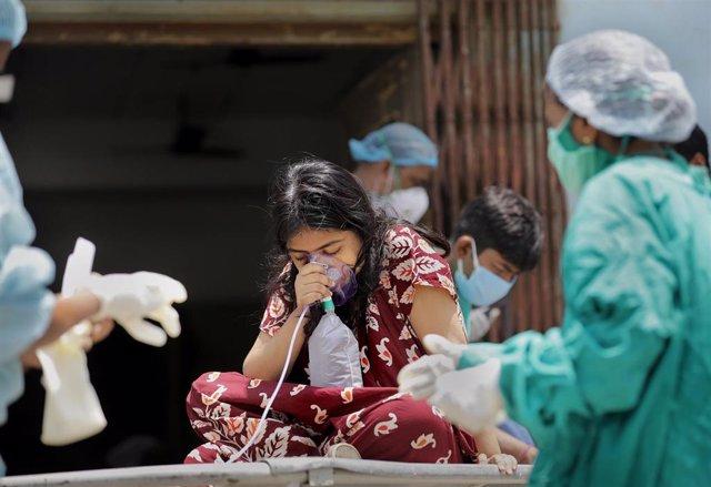 Una nena rep oxigen en l'Índia durant la pandèmia de la Covid.
