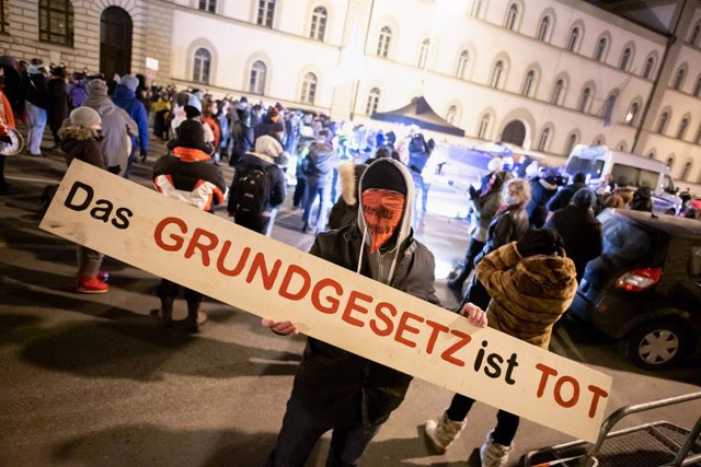 Archivo - 24 January 2021, Bavaria, Munich: A participant holds a sign in front of the Bavarian Constitutional Court during a demonstration organized by the Querdenken movement. Photo: Matthias Balk/dpa