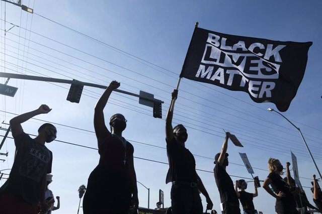 Archivo - 27 September 2020, US, Los Angeles: Protesters take part in a protest in front of the South Los Angeles Sheriffs Station, to demand prosecution of police officers who were involved in the shooting deaths of African-American men Anthony Weber and