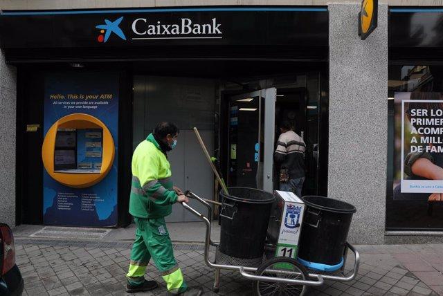 Una oficina de Caixabank en Madrid, a 22 de abril de 2021, en Madrid (España). La dirección de CaixaBank planteó hace dos días el despido de 8.291 personas (el 18% de la plantilla) y el cierre de 1.534 oficinas (el 27% de la red actual)..