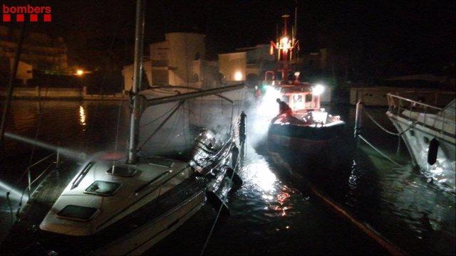 Incendi al Port de Santa Margarida a Roses (Girona).
