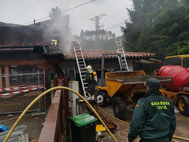 Extinción de un incendio en un garaje en Treceño