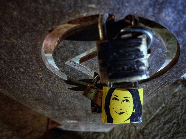 Archivo - Una imagen de Daphne Caruana Galizia en un candidato en un memorial de La Valeta