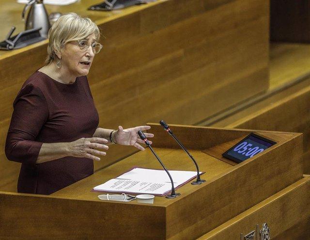Archivo - La consellera Ana Barceló comparece en Corts en una imagen de archivo