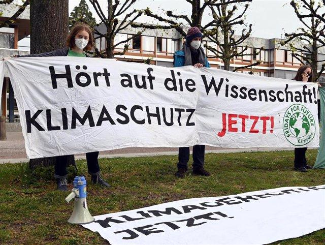Protesta de activistas a favor de la protección del medio ambiente frente al Tribunal Constitucional de Alemania