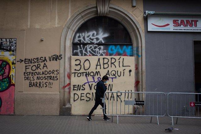 Arxiu - Un grafiti sobre el Gimnàs Social Sant Pau.