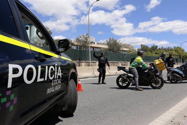Archivo - Policía Local de Málaga en un control en la capital