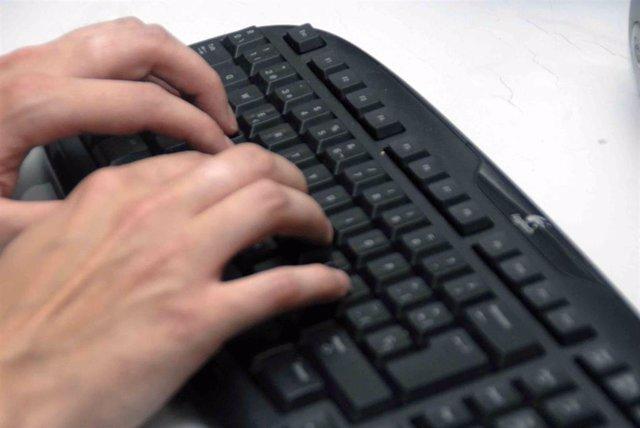 Archivo - Manos con teclado