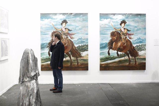 Archivo - Una persona disfruta de algunas de las obras expuestas en la pasada edición de ARCOmadrid.