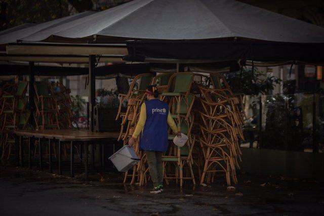 Archivo - Arxiu - Una dona neteja una terrassa.